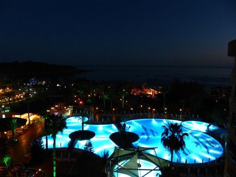 Kirman Arycanda de Luxe bei Nacht. Beleuchteter Pool bei Nacht. Copyright: Stefan Hoffmeister