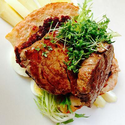 Medaillon vom Rinderfilet mit mariniertem Spargel  und Salsiccia-Bruschetta